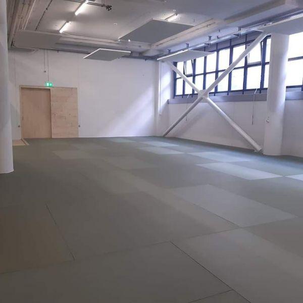 Neu gebauter Trainingsraum, Dojo, (Mattenboden oder Turnhallenboden) bei Luzerner Allmend